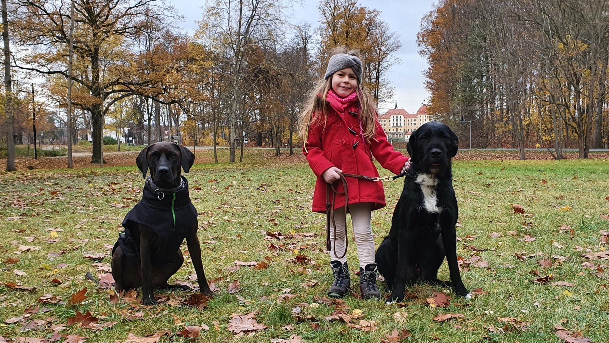 Mädchen mit ihrem Hund in Moritzburg